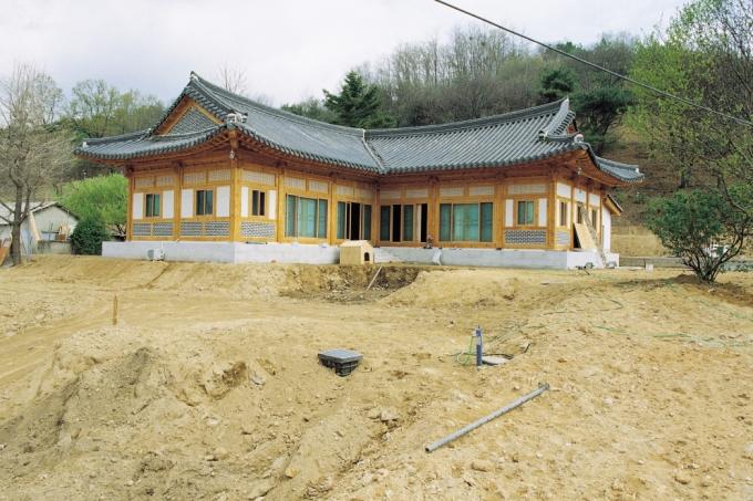 전통가구(架構)방식을 적용한 흙벽돌집