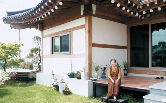 한옥 살아보니…문만 열면 사계절이 집마당에 한가득
